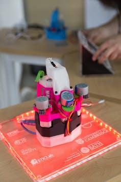 Ένα σπιτικό μικροσκόπιο, κατασκευασμένο από πλαστικό και σύρματα